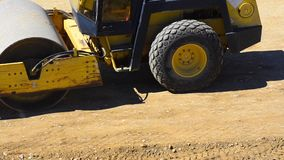 Compresor del rodillo en el sitio de la construcción de carreteras almacen de metraje de vídeo