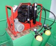 Compresor en los cilindros de carga del aire del sitio Foto de archivo libre de regalías