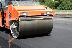 Compresor pesado del rodillo de la vibración en el pavimento del asfalto imagen de archivo libre de regalías