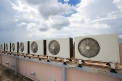Compresores de aire en el tejado de la fábrica Foto de archivo