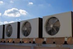 Compresores de aire en el tejado de la fábrica imagen de archivo