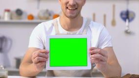Compressa allegra della tenuta del celibe con lo schermo verde, app di servizio di distribuzione dell'alimento archivi video