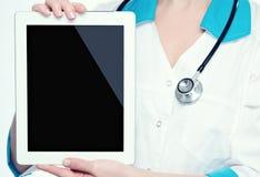Compressa in bianco del computer nelle mani di medico fotografia stock libera da diritti