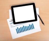 Compressa con lo schermo in bianco sopra le carte con i numeri ed i grafici Fotografia Stock Libera da Diritti