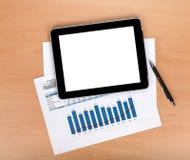 Compressa con lo schermo in bianco sopra le carte con i numeri ed i grafici Fotografia Stock