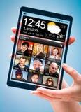 Compressa con lo schermo trasparente in mani umane Fotografia Stock Libera da Diritti