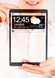 Compressa con lo schermo trasparente in mani umane Fotografia Stock