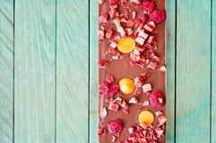 Compressa del cioccolato al latte dell'arancia, della fragola e del lampone Fotografie Stock