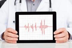 Compressa del dottore Showing Heartbeat On Digital immagine stock