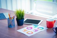 Compressa del posto di lavoro sulla tavola in ufficio con gli oggetti fotografia stock