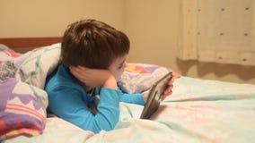 Compressa del ragazzo a letto video d archivio