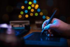Compressa della penna sullo scrittorio Fotografia Stock Libera da Diritti