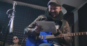 Compressa della tenuta del giocatore di chitarra stock footage