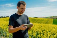 Compressa della tenuta dell'agricoltore di agricoltura fotografia stock libera da diritti