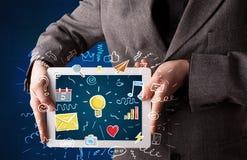 Compressa della tenuta dell'uomo d'affari con i apps Immagine Stock