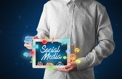 Compressa della tenuta dell'uomo d'affari con i grafici sociali di media Fotografie Stock