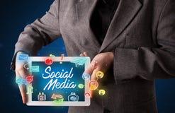 Compressa della tenuta dell'uomo d'affari con i grafici sociali di media Immagine Stock Libera da Diritti