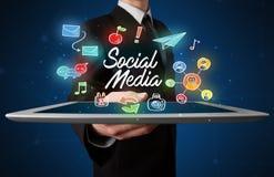 Compressa della tenuta dell'uomo d'affari con i grafici sociali di media Fotografia Stock Libera da Diritti