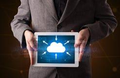 Compressa della tenuta dell'uomo d'affari con l'icona della nuvola Fotografie Stock Libere da Diritti