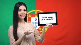 Compressa della tenuta della donna con farvi per parlare frase portoghese, app che impara lingua archivi video