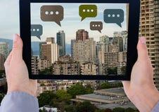 Compressa della tenuta ed icone della bolla di chiacchierata sopra la città Immagine Stock Libera da Diritti