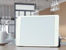 Compressa di Digital con lo schermo in bianco sulla tavola del caffè Immagini Stock