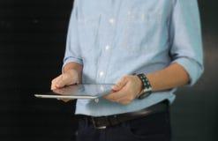 Compressa di Digital con lo schermo in mani maschii fotografia stock libera da diritti