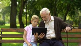 Compressa di rappresentazione del ragazzo al nonno felice, tecnologie informatiche nella vita di tutti i giorni stock footage