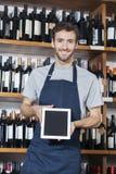 Compressa di Showing Blank Digital del rappresentante nel negozio di vino Immagini Stock
