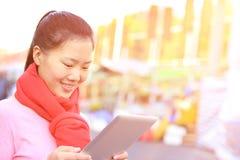 Compressa digitale di giovane uso asiatico della donna fotografia stock