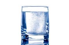 Compressa due in bicchiere d'acqua Fotografie Stock Libere da Diritti