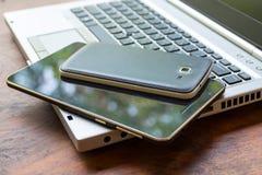 Compressa e Smart Phone del computer portatile Immagini Stock Libere da Diritti