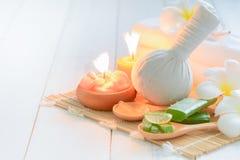 Compressa ed aloe di erbe vera con la candela Fotografia Stock Libera da Diritti