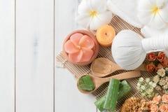 Compressa ed aloe di erbe vera su legno bianco Fotografia Stock Libera da Diritti
