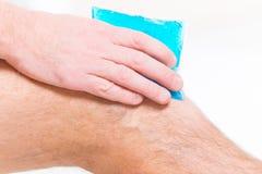 Compressa fredda del gel sul ginocchio fotografie stock libere da diritti