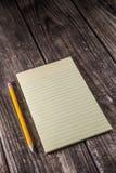 Compressa gialla sullo scrittorio d'annata fotografia stock libera da diritti