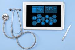 Compressa medicinale con lo stetoscopio Immagine Stock