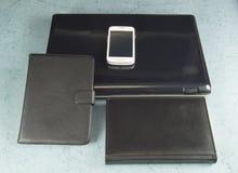 Compressa, Notebook PC e telefono cellulare sulla vostra scrivania Immagini Stock Libere da Diritti