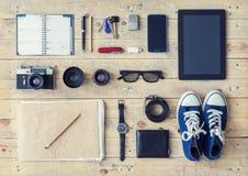 Compressa, telefono, album, vetri, macchina fotografica, lenti, gumshoes e watc Immagini Stock Libere da Diritti