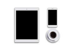 Compressa, telefono cellulare moderno e tazza di caffè bianchi isolati sopra fondo bianco Apparecchi elettronici tavolo Vista pia Immagine Stock