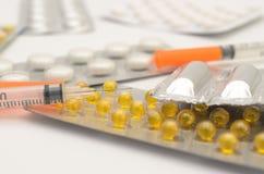 Compresse contraccettive in pacchetti e senza su un fondo leggero Fotografia Stock
