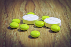Compresse delle pillole gialle e macro bianca Prodotti farmaceutici, chimica, medicina Malattia dell'ossequio con le pillole Fotografie Stock Libere da Diritti