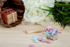 Compresse di colore di tempo del bagno per i bambini su fondo di legno immagini stock
