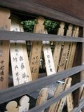Compresse di legno con scrittura giapponese al tempio giapponese fotografia stock