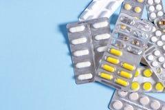 Compresse e capsule con i pacchetti delle medicine Fotografia Stock