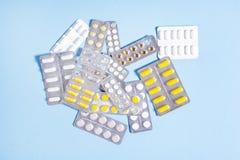 Compresse e capsule con i pacchetti delle medicine Fotografia Stock Libera da Diritti