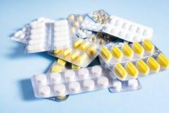 Compresse e capsule con i pacchetti delle medicine Immagini Stock Libere da Diritti