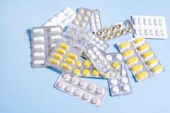 Compresse e capsule con i pacchetti delle medicine Immagine Stock Libera da Diritti