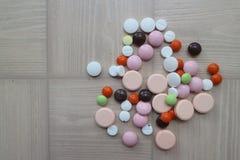 Compresse medicinali e droghe per il trattamento delle malattie Immagini Stock Libere da Diritti