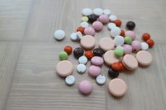 Compresse medicinali e droghe per il trattamento delle malattie Immagini Stock